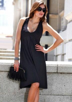 Laisvo pasiuvimo juoda suknelė