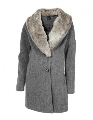 Pilkas paltas su kailine apykakle