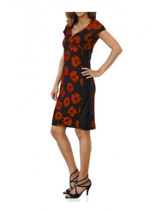 Juoda suknelė su raudonom gėlėm