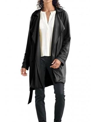 Klasikinis juodas paltas pavasariui