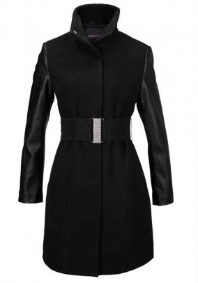 Juodas paltas su dekoruotu diržu