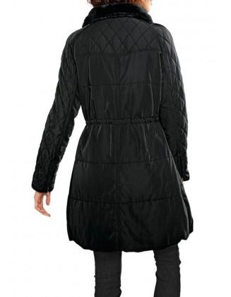 Juodas paltas su kailiu