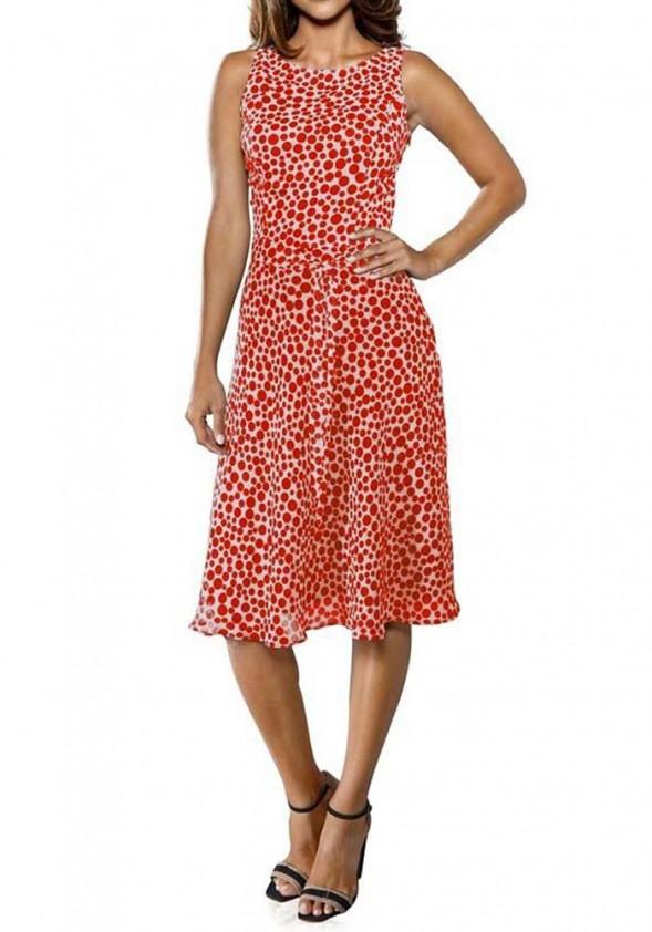 Raudona suknelė su taškeliais