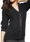 Juodas megztinis su grandinėlės dekoracija