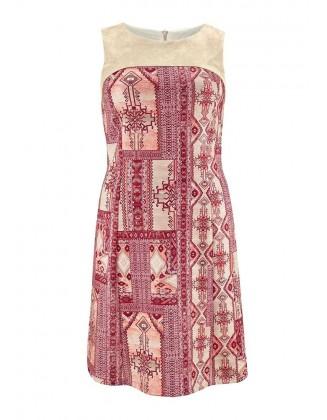 Rausva suknelė su ornamentais