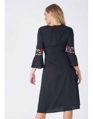 Juoda siuvinėta suknelė