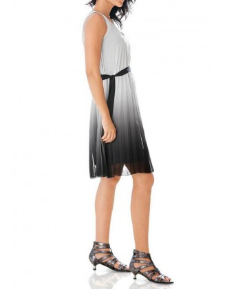 Pilka klostuota suknelė
