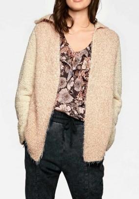 Pudros spalvos megztinis su gobtuvu