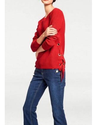 Raudonas megztinis su dekoracija