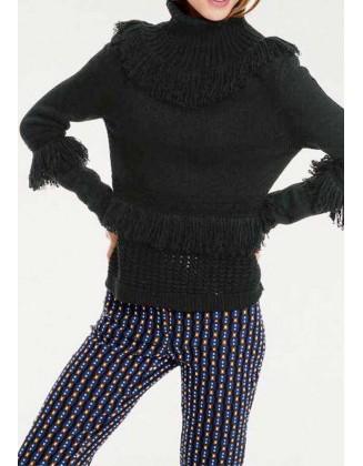 Juodas megztinis aukštu kaklu