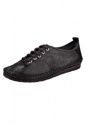 Leather lace shoe, shimmering black