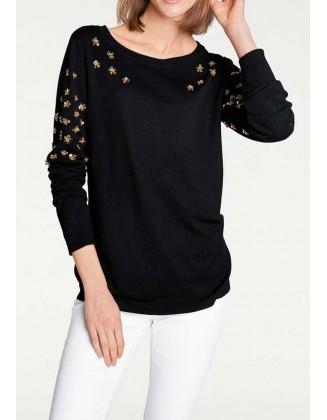 Juodas žvyneliais siuvinėtas megztinis