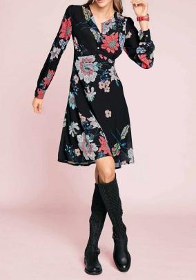 Juoda suknelė su gėlių motyvais