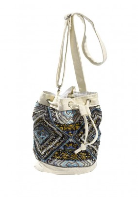 Karoliukais dekoruotas krepšys