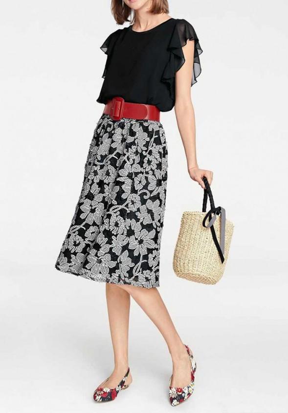 Juodas sijonas su baltomis gėlėmis