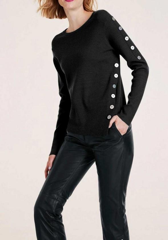 Juodas megztinis su sagomis