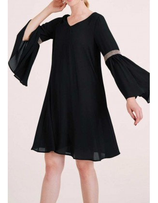 Juoda suknelė plačiomis rankovėmis