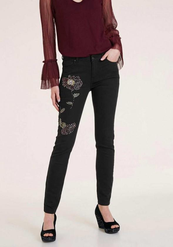 Juodi karoliukais siuvinėti džinsai