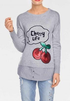 Pilkas megztinis su marškinių dekoracija