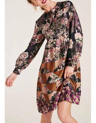 Subtilaus rašto suknelė