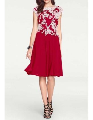 Raudona siuvinėta kokteilinė suknelė