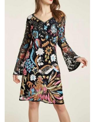 Karoliukais siuvinėta spalvinga kokteilinė suknelė