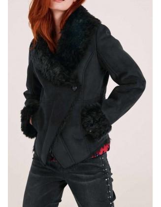 Juodas odinis paltukas su kailiu