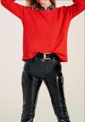 Plataus silueto raudonas megztinis