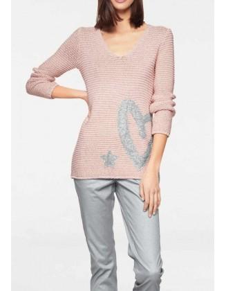 Rausvas megztinis su dekoracija