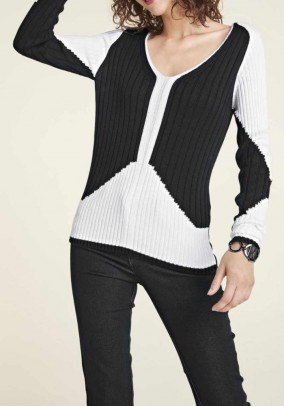 Baltai juodas megztinis