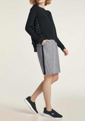 Plataus silueto juodas megztinis