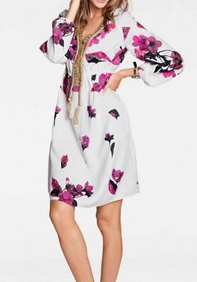 Balta suknelė su gėlių motyvais