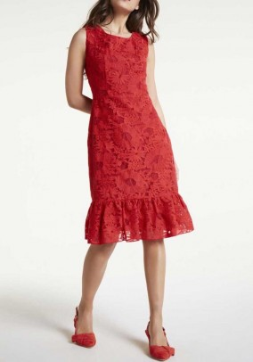 Raudona nėriniuota suknelė