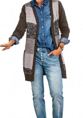Didesnio dydžio ilgas rudas megztinis