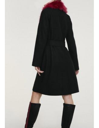 Juodas paltas su kailine apykakle