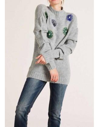 Pilkas siuvinėtas megztinis