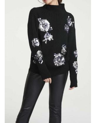 Žvyneliais siuvinėtas juodas megztinis
