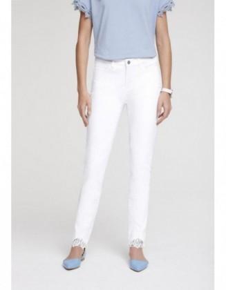 Balti kūno linijas formuojantys džinsai