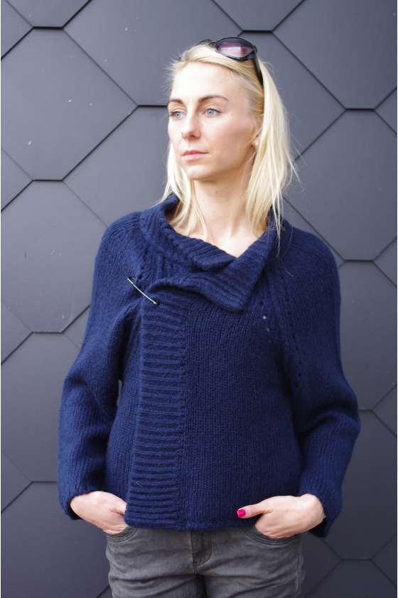 Mėlynas megztinis su sage