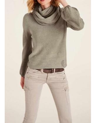 Rusvas megztinis su šaliku